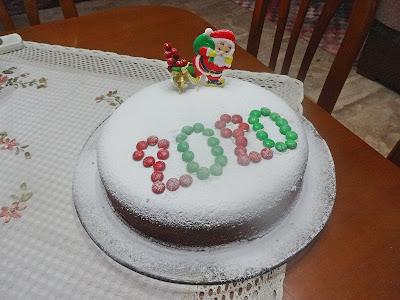 Μια όμορφη Βασιλόπιτα,με ζάχαρη άχνη απο πάνω σαν χιόνι και ενα αη Βασιλη κοκκινο,το 20020 ειναι σχηματισμενο με ροζ και πρασινες στρογγυλες καραμελες