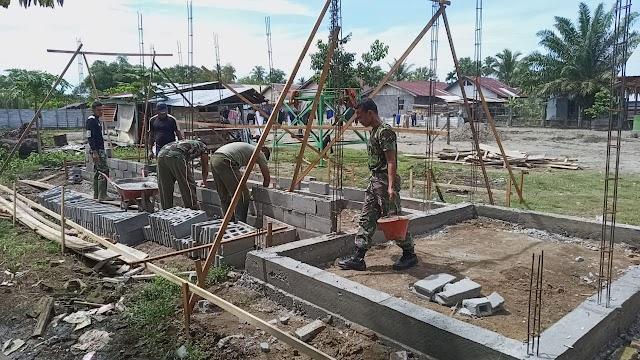 Lanjut Pembangunan MCK, Prajurit Aceh Barat Susun Batako