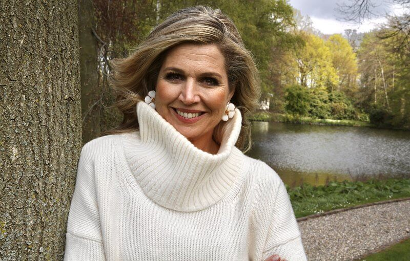 Queen Maxima wore a limited edition wool cashmere scoop neck sweater from Massimo Dutti, and floral earrings from Zara