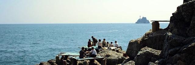 Comiendo marisco en las rocas de Busan