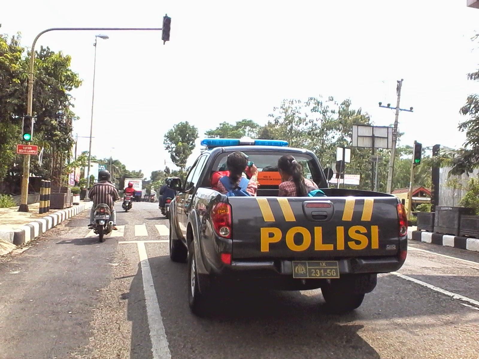 Wah Pak Polisi dan TNI Jadi Sopir Angkutan Dadakan