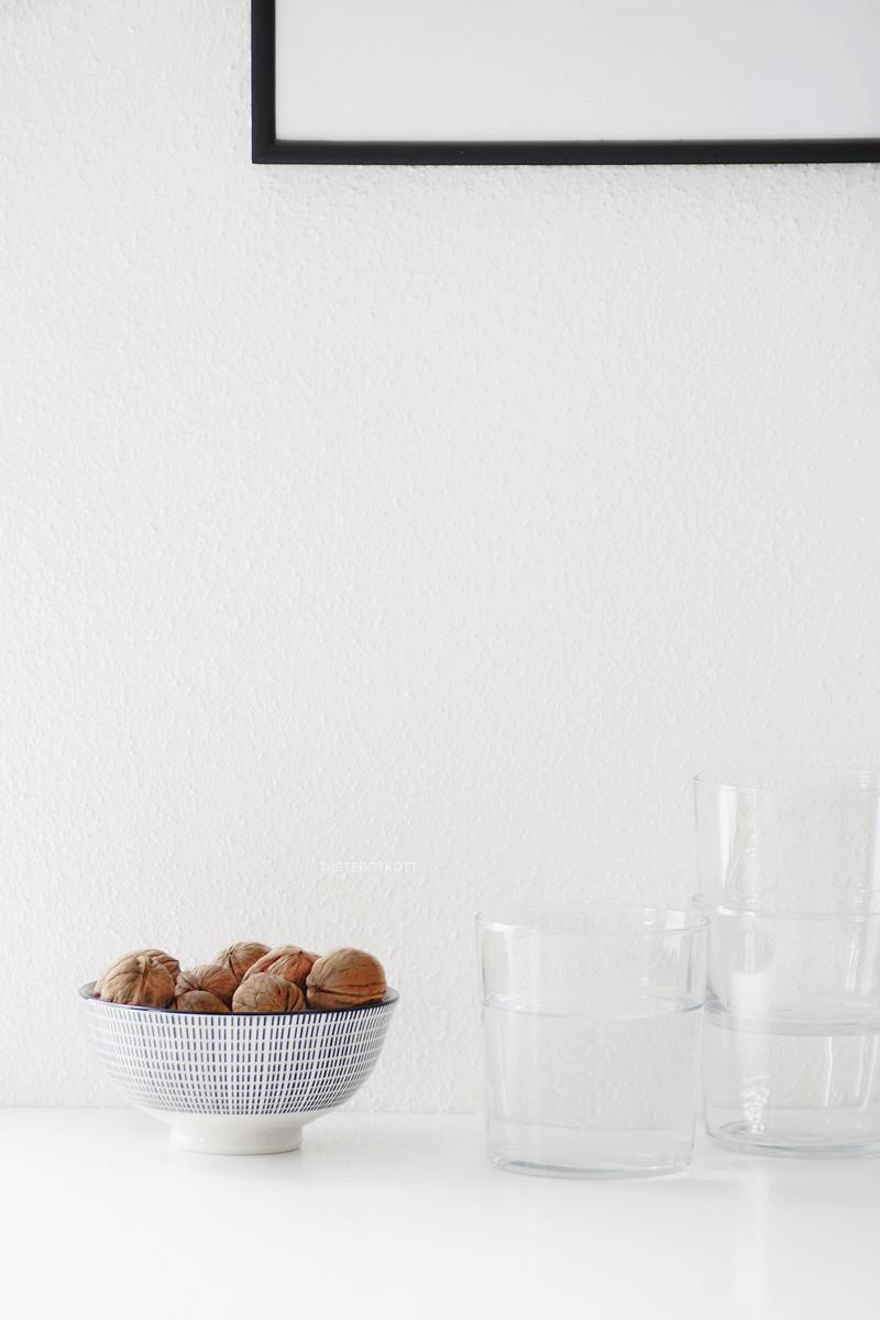 Einfache DIY-Geschenkidee: Gerahmtes Bild mit Holzgabeln, schlichte, günstige Wanddeko Kunst im skandinavisch minimalistischen Stil selbermachen aus Besteck. Deko für die Küche, Schale mit Walnüssen schwarz-weiß, Gläser von HAY. Tasteboykott Blog.