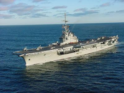 Aposentadoria de único porta-aviões mostra limites dos militares