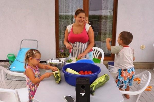 jak nie zwariować w wakacje z dziećmi, mama z dziećmi robi zaprawy