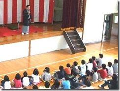 生徒が楽しく参加する三遊亭楽春の学校寄席の風景です。