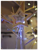 étoile filante en bois blanc et argenté et rubans