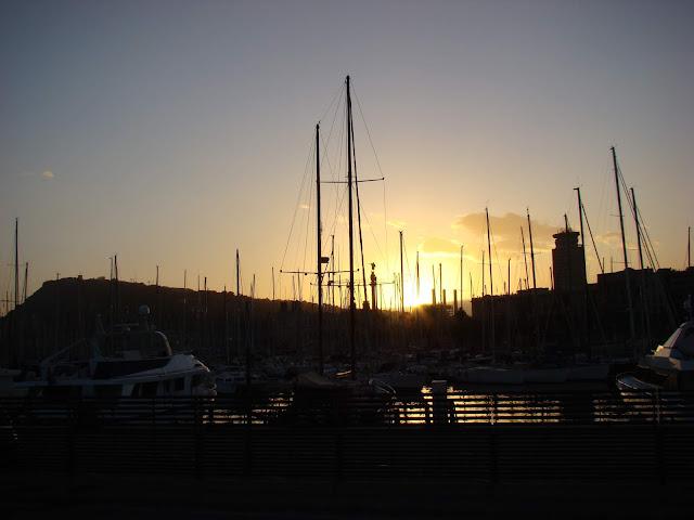 Zachód słońca w marinie jachtowej