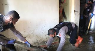 Dipimpin Kompol Fantry, Tim Satgas Trauma Healing Polda Sulsel Lakukan Bersih-bersih Sisa Puing Pasca Bencana