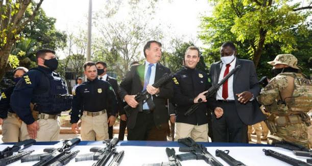 Bolsonaro dará R$ 100 milhões para agentes de segurança comprarem casas