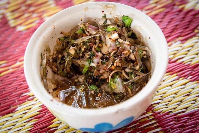 Tép nhảy là món ngon phổ biến của người Thái Lan. Những con tép còn sống được đãi sạch cát, trộn chung với gia vị gồm ớt, hành, rau thơm, ngò, đậu phụng. Khi ăn, bạn cuộn kèm các nhân với bắp cải và dưa leo. Cảm giác các con tép vẫn còn nhảy trong miệng làm nhiều người lần đầu trải nghiệm thích thú.