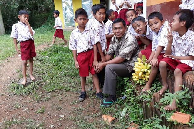 18 Tahun Jadi Honorer, Guru Ini Bangun 10 Sekolah Gratis di Kaki Gunung Argopuro