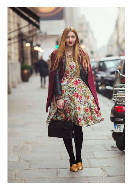 Летнее платье в цветочек с косухой и пальто