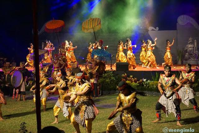 Para penari beraksi di atas panggung dan di bawah panggung