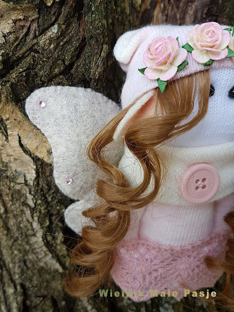 Szczotecznica szarawka, gąsienica motyla, lalka ręcznie szyta, motyl, elf, pluszak motyl, zabawka motyl, skarpetka, lalki szyte ze skarpetek, skarpetkowe lalki, zabawki ręcznie robione, ręcznie szyte, wiosna, drzewo, wschód słońca,mariposa oruga, muñeca hecha a mano, mariposa, duende, mariposa juguete, mariposa juguete, calcetín, muñecas cosidas de calcetines, calcetines muñecas, juguetes cosidos a mano, cosidos a mano, primavera, árbol, salida del sol, бабочка-гусеница, кукла ручной работы, бабочка, эльф, игрушка-бабочка, игрушка-бабочка, носок, куклы, сшитые из носков, куклы-носки, ручные игрушки, ручная работа, весна, дерево, восход солнца, butterfly caterpillar, handmade doll, butterfly, elf, butterfly toy, butterfly toy, sock, dolls sewn from socks, socks dolls, hand-sewn toys, hand-sewn, spring, tree, sunrise,