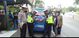 Satlantas Polres Luwu Timur Bagikan Stiker ''Ayo Pakai Masker'' kepada Pengendara