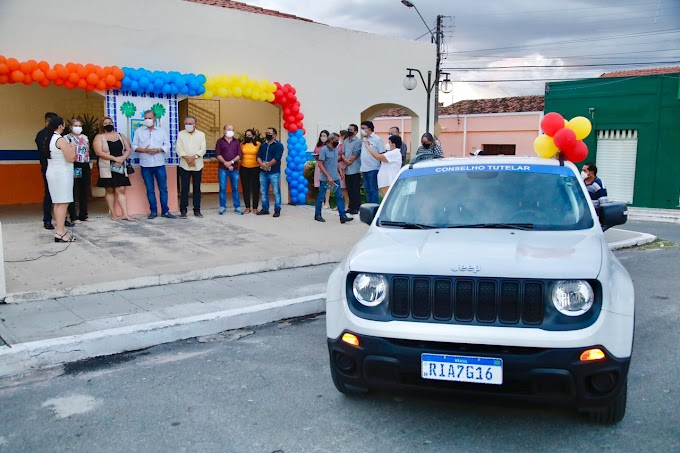 Deputado André Figueiredo e o prefeito Antônio Martins fazem entrega de veículo ao Conselho Tutelar de Cariré-Ce