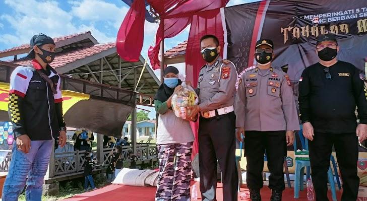 Polres Takalar, Bagikan 65 Paket Sembako Kepada Masyarakat Terdampak Covid - 19