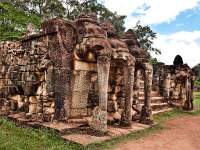 La  impresionante Terraza de los Elefantes, en el recinto de Angkor, preside la gran avenida de la Victoria.