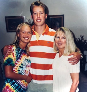 Picture of Sarah Kustok with her mother and sibling