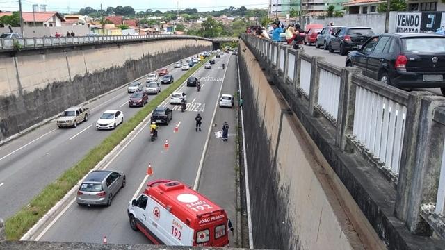 Motociclista morre após ser arremessado de viaduto, cair na BR-230
