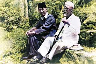 presiden soekarno bersama dengan hadji agus salim di rumah pengasingan di parapat