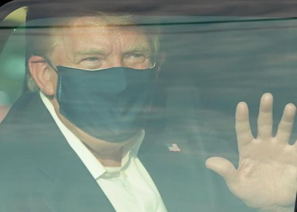Trump esce dall'ospedale e saluta i sostenitori