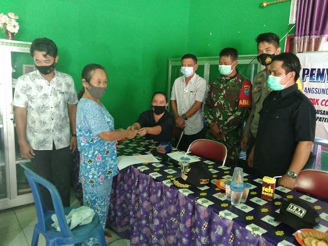 Bhabinkamtibmas Brigpol Petra Awasi Kegiatan Penyaluran BLTDD Kepada Masyarakat Yang Terdampak Covid-19