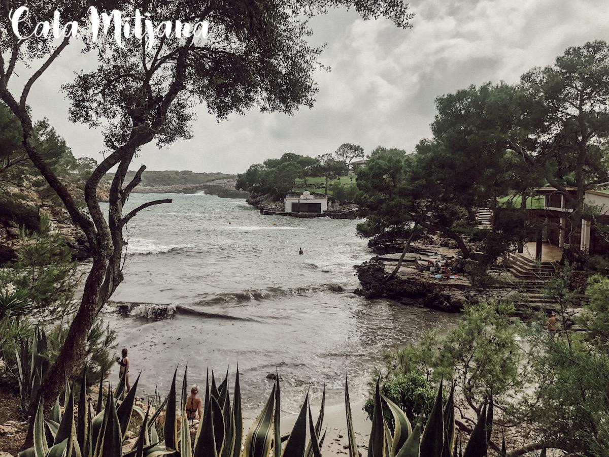 Cala Mitjana Mallorca Best Beaches Die schönsten Strände und Buchten Mallorcas auf: https://www.theblondelion.com/2019/09/schoenste-straende-buchten-mallorca.html Tipps Reiseblog Travel Diary Reiseführer Reisetipps