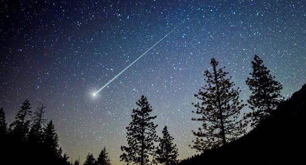 Show de estrelas cadentes ilumina o céu no amanhecer desta quarta-feira