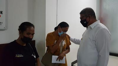Isak Tangis dari orang tua korban saat berbincang bersama Bupati Maluku Tenggara M Thaher Hanubun di Rumah Sakit Bhayangkara Makassar