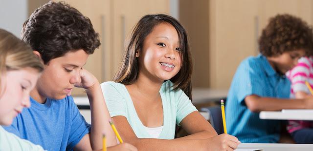alunos em atividade na sala de aula