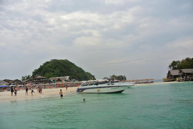 หมู่เกาะไข่ ตั้งอยู่ไม่ไกลหาดโล๊ะจากมากนัก แต่ต้องเหมาเรือออกเป็นเกาะขนาดเล็ก  ที่หมู่เกาะไข่ แบ่งเป็นเกาะเล็กๆ