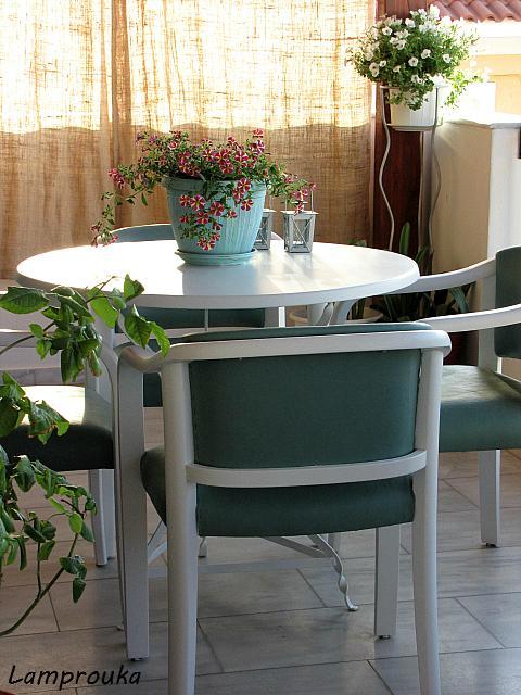 Οδηγίες για να βάψεις τραπέζι και πολυθρόνες ή καρέκλες με ριπολίνη νερού.