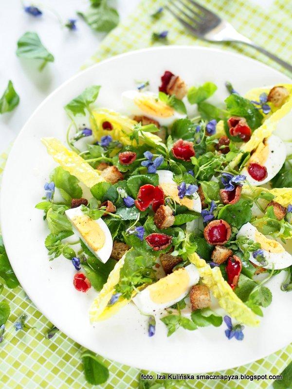 wiosenna salatka z chwastami, chwasty, dzikusy, prosto z lasu, swieze ziola, zielenina, salatka z jajkiem, salata, fiolki, gwiazdnica, czarka austriacka, grzyby wiosenne, kwiaty jadalne