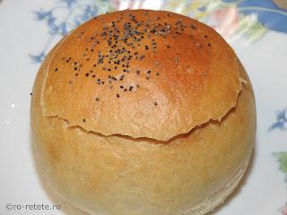 Fasole in paine reteta de post iahnie sau mancare fasolica boabe scazuta cu ceapa morcovi ardei bulion servita in bol de pâine retete culinare mancaruri cu legume traditionale romanesti,