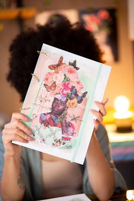 Maria Rosa com caderno argolado Chimamanda Ngozi Adichie, por Chapati Imagens