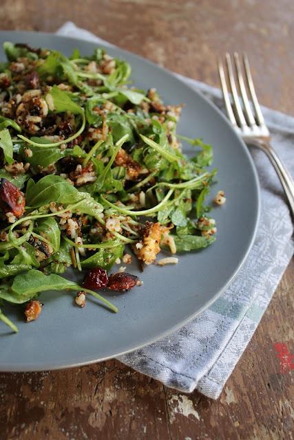 Canihua-Reissalat mit Cranberries, Walnüssen, Mandeln und Rucula