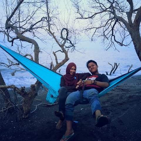 foto romantis bersama pasangan di pantai muara beting