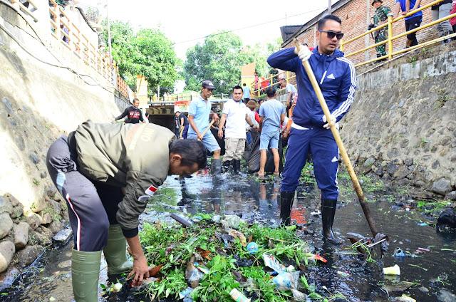 Bupati Terjun Langsung Bersihakan Sampah dalam Aksi Bedah Kanal IWO Sinjai