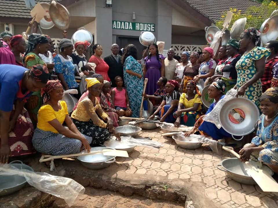 OMG: Enugu local government chairman allegedly empowers women with head pans and shovels - Photo