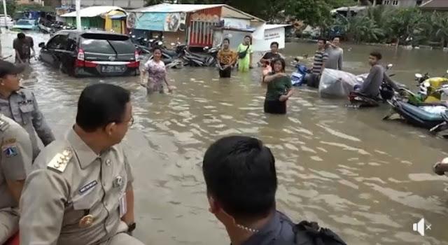 Anies Turun Serahkan Perahu Karet Untuk Evakuasi