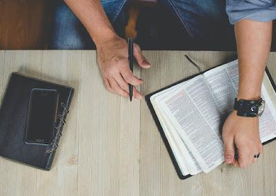 O persoană care studiază Biblia - foto de Ben White - unsplash.com