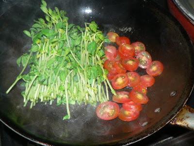 豆苗とトマト炒め