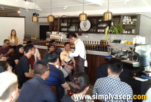 MERACIK : Hidenori Izaki memberikan kesempatan kepada para peserta dengan praktek meracik kopi sesuai dengan teknik yang tepat. Foto Asep Haryono