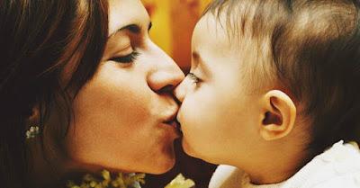 mencium anak di bibir