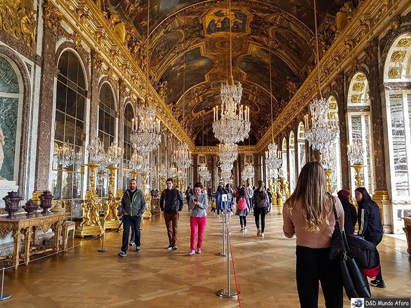 Outro ângulo do Salão dos Espelhos no Palácio de Versalhes