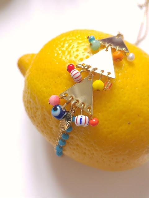 collier doré, perles fantaisies, breloques, porte bonheur, triangle