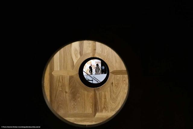 Espiando as pessoas através de uma obra do artista plástico chinês Ai Weiwei