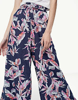 https://www.stradivarius.com/be/nl/dames/kleding/best-of-sale/palazzobroek-met-print-c1707501p300177021.html?colorId=001