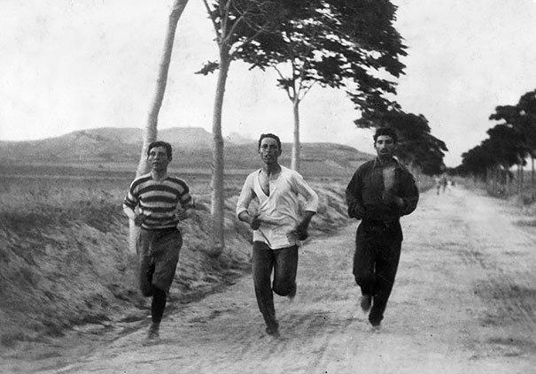Tres hombres corriendo el primer maratón moderno en los Juegos Olimpicos de Atenas de 1896. Fotos insólitas que se han tomado. Fotos curiosas.